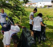 Voluntários do Saae e Prefeitura removem lixo das margens do rio Sorocaba