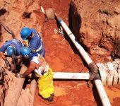 Saae realiza interligação de rede de água em área de residenciais na Zona Oeste.