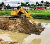 """Saae retira equivalente a 1.427 caminhões de terra do """"piscinão"""" da Água Vermelha."""