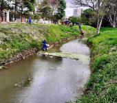 Saae-Sorocaba faz limpeza preventiva em bacia de contenção no Jardim Abaeté